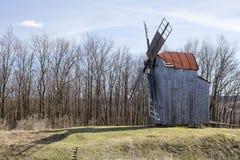 Oude molen in de vroege lente Royalty-vrije Stock Afbeeldingen