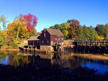 Oude molen door een stroom 2 stock foto's