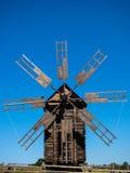 Oude molen en blauwe hemel Stock Foto's