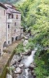 Oude molen en stroom Tijden voorbijgegaan Schilderachtige steengebouwen Royalty-vrije Stock Foto