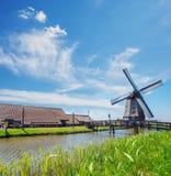 Oude molen, landbouwbedrijfhuizen en dijk Royalty-vrije Stock Fotografie