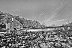 Oude molen op een rivier Stock Fotografie