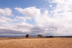 Oude molen op het gebied Stock Foto