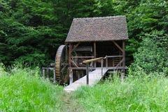 Oude molen op kleine rivier in bos royalty-vrije stock fotografie