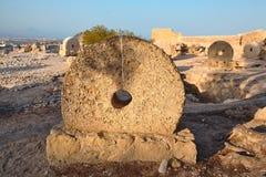 Oude molenstenen op vertoning in het kasteel van Alicante Santa Barbara Royalty-vrije Stock Foto's