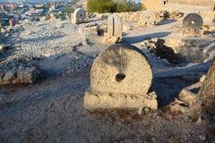 Oude molenstenen op vertoning in het kasteel van Alicante Santa Barbara Royalty-vrije Stock Afbeelding