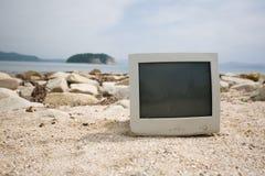 Oude monitor op het rotsachtige strand. royalty-vrije stock foto's