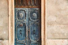 Oude mooie deur met een krant in brievenvakje stock foto's