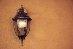 Oude mooie lantaarn een oranje aardige muur Stock Afbeelding