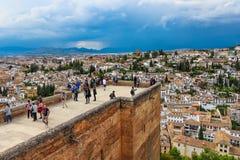Oude moorish toren die de stad van Granada, Spanje onder ogen zien royalty-vrije stock fotografie