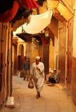 Oude moslim met het winkelen in medina Stock Foto