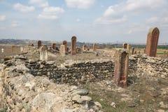 Oude moslimbegraafplaats dichtbij Agstafa, Azerbeidzjan met geschrift op farsi voor grafisch en Webontwerp, voor website of stock afbeeldingen
