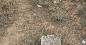 Oude moslimbegraafplaatsgrafstenen op grond stock video