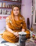Oude Moslimdame in India die traditionele kledij dragen Stock Afbeeldingen