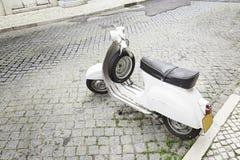 Oude motorfiets in de stad Royalty-vrije Stock Afbeelding