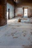 Oude mozaïeken en binnenland van een huis in Pompei Stock Afbeeldingen
