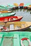 Oude multi gekleurde die rijboten in een meer worden vastgelegd royalty-vrije stock afbeeldingen