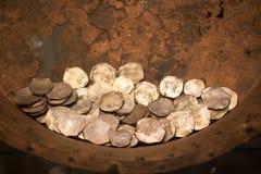 Oude muntstukken Archeologische vondsten van uitgravingen stock foto