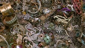 Oude muntstukken en gouden schatten juwelen geheime schat stock videobeelden