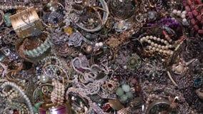 Oude muntstukken en gouden schatten juwelen geheime schat stock footage