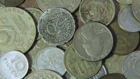 Oude muntstukken van verschillende landen stock videobeelden