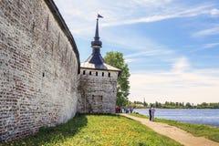 Oude muren en toren van Klooster Cyril-Belozersky stock foto's