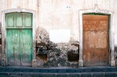 Oude muur en deuren Stock Foto's