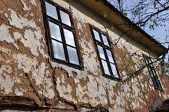Oude muur en vensters van housse Stock Foto's