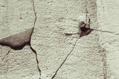 Oude muur met barsten Stock Afbeeldingen