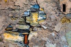 Oude muur met barsten Cement, stenen en bakstenen royalty-vrije stock foto