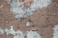 Oude muur met barsten en pleister Concrete muur bruine geruïneerde muur De textuur van Grunge Barsten in de gipspleister op muura stock fotografie