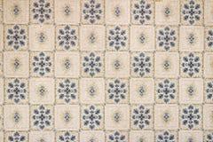 Oude muur met blauwe bloemen. Stock Afbeeldingen
