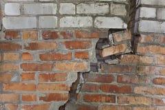 Oude muur met de barst Stock Foto