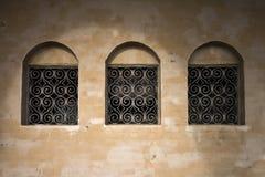 Oude muur met drie oude vensters Royalty-vrije Stock Fotografie