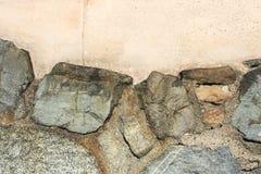 Oude muur met grote ongelijke rotsen als achtergrond royalty-vrije stock afbeeldingen