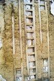 Oude muur met klei en raad stock foto