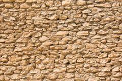 Oude muur met kleine ongelijke stenen Stock Foto's