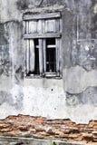 Oude muur met venster Stock Afbeeldingen
