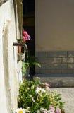Oude muur opgezette het drinken fontein met stroom van water Stock Afbeeldingen