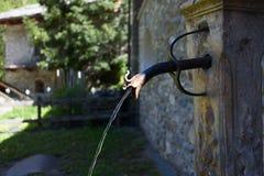 Oude muur opgezette het drinken fontein met stroom van water Royalty-vrije Stock Fotografie