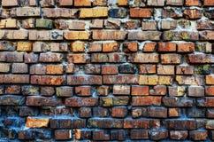 Oude muur van gebroken gekleurde baksteen Royalty-vrije Stock Afbeeldingen