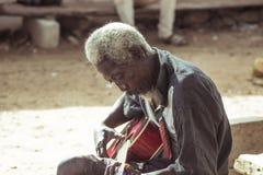 Oude Muziekmens het Spelen Gitaar stock afbeeldingen