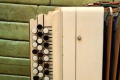 Oude muzikale instrumenten Russische bayan stock afbeeldingen
