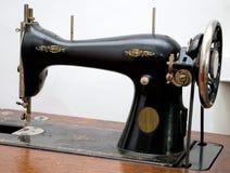Oude naaimachine. stock afbeeldingen