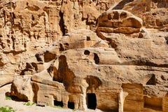 Oude Nabataean-rots-Besnoeiing Graven in Weinig Petra, Jordanië stock afbeelding