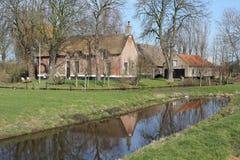 Oude Nederlandse boerderij in de weide Royalty-vrije Stock Afbeelding