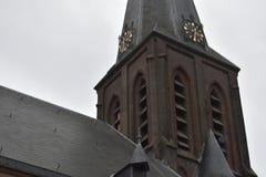 Oude Nederlandse kerk in een klein dorp stock fotografie