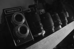 Oude nog bruikbare schoolcamera en lens stock afbeeldingen
