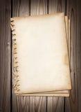 Oude notadocumenten op bruine houten textuur Royalty-vrije Stock Fotografie