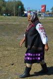 Oude Oekraïense dame die het overleg bij nationale Oekraïense jaarlijkse markt lopen te geven Stock Afbeeldingen